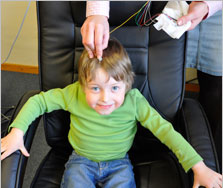 Ergotherapie Geldern Kinder- und Jugendbehandlung - Konzentration und Aufmerksamkeit: Moritz bekommt Elektrodenleitkabel auf den Kopf