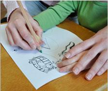 Graphomotorik: Moritz hält den Stift im Dreipunktgriff