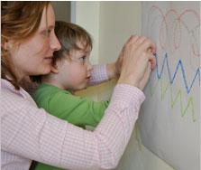 Graphomotorik: Moritz und Mareike malen Schwungspuren