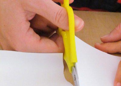 Lynn und Mareike schneiden mit der Zweihänder Schere