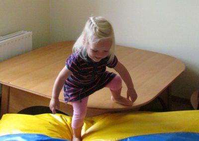 Lynn überwältigt eine große Stufe und bleibt auf unebener Fläche auf den Füßen stehen